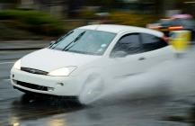 מכונית נוסעת בגשם